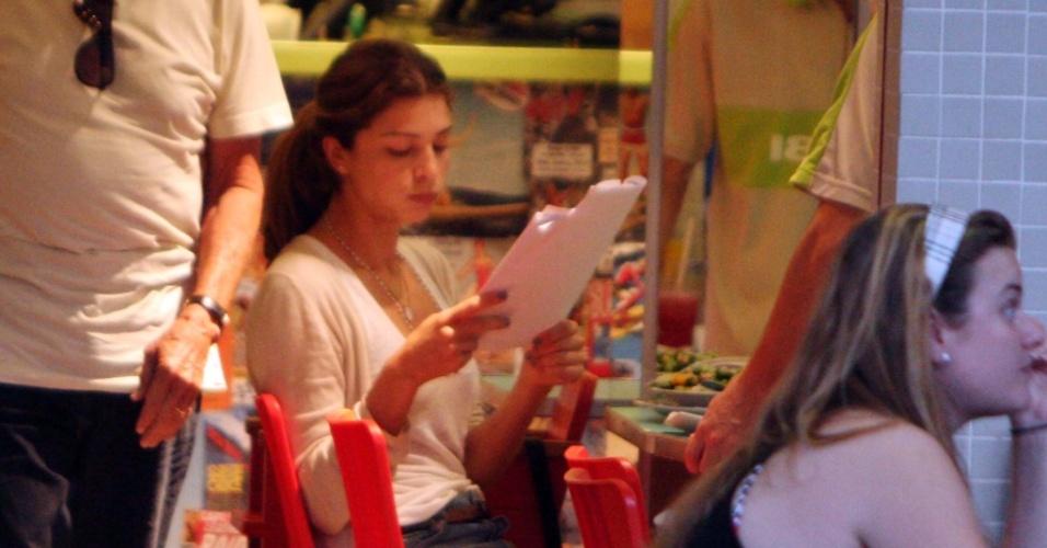 Grazi Massafera aproveita hora do almoço para estudar para prova do Detran na Barra da Tijuca (5/5/2010)