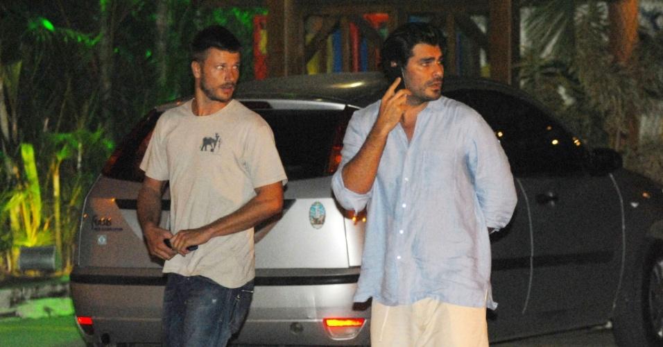 Rodrigo Hilbert e Thiago Lacerda jantam juntos para comemorar as últimas gravações de