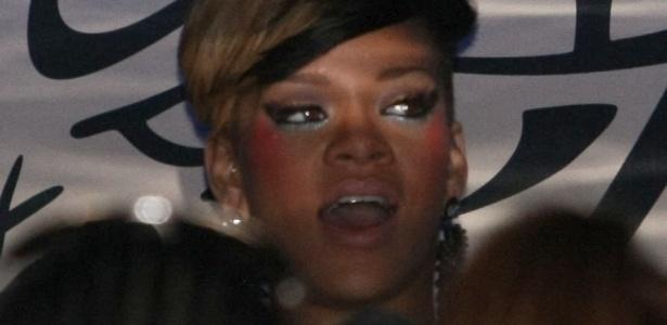 A cantora Rihanna se diverte em um clube noturno em Londres, após fazer o último show de sua turnê na capital inglesa. A cantora de 22 anos chegou acompanhada de um grupo de amigos e deixou o local às 4h da manhã (11/5/2010)