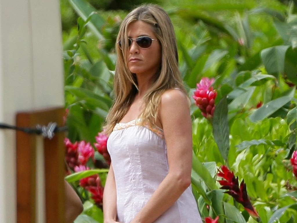 Com um vestido tpico de vero, a atriz Jennifer Aniston  fotografada no set de 