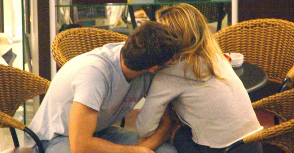 Danielle Winits e Jonatas Faro namoram em shopping no Rio de Janeiro (11/5)