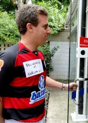 Luciano Huck perde aposta e usa a camisa do Flamengo no Projac