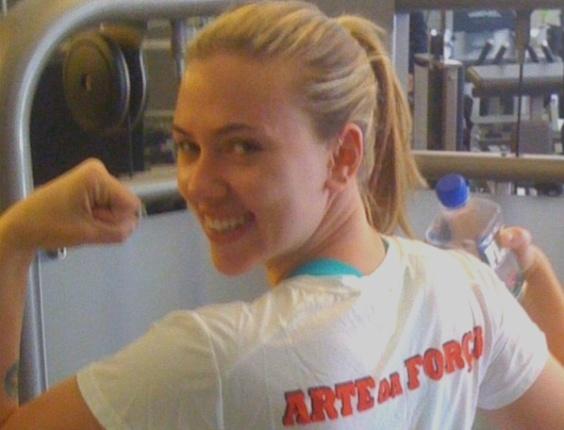 Scarlett Johansson faz ginástica em Nova York com personal trainer brasileiro (14/05/2010)