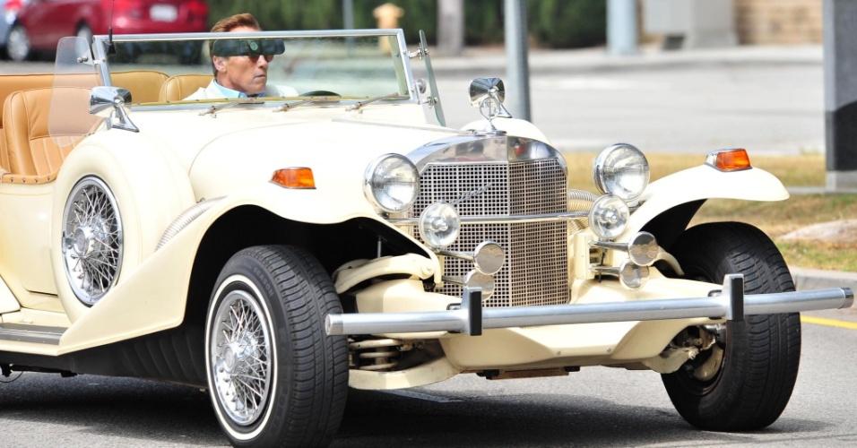 Arnold Schwarzenegger dirige conversível em Santa Mônica, Califórnia (15/05/2010)