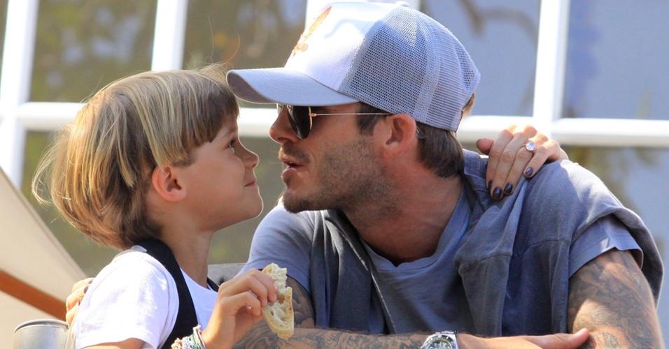 David Beckham vai com os filhos ao show dos Jonas Brothers e tem momento terno com Romeo (15/05/2010)