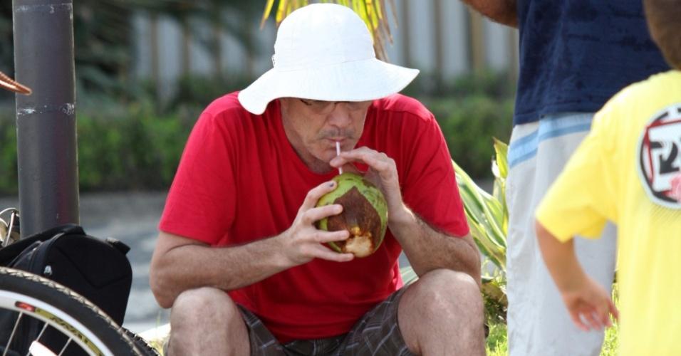 Pedro Bial toma água de coco no Leblon e passeia com os filhos (16/5/2010)