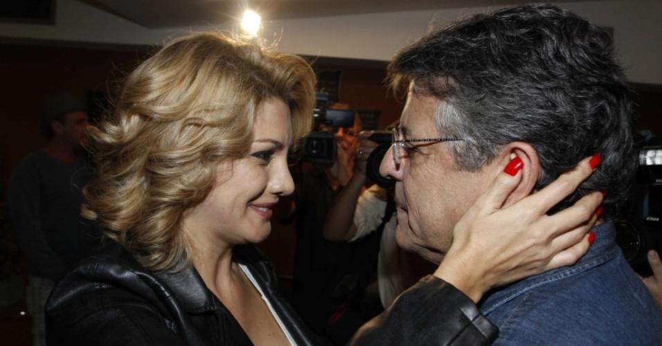 Antônia Fontenelle troca carinhos com o namorado Marcos Paulo na reetreia da peça