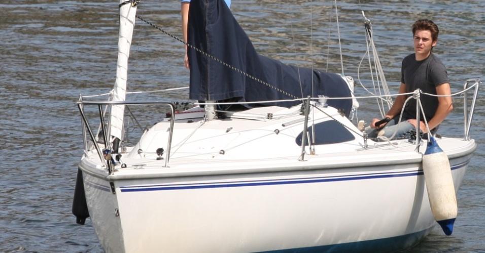 Zac Efron passeia de barco em Vancouver (18/5/2010)