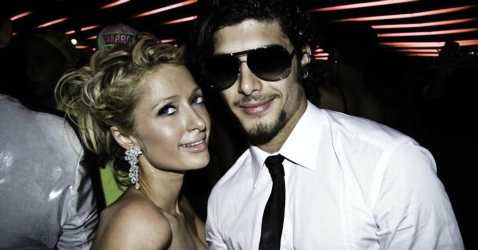 Paris Hilton e modelo brasileiro Jesus Luz posam juntos para foto durante a festa de 150 anos de uma marca de luxo em Cannes (17/5/2010)
