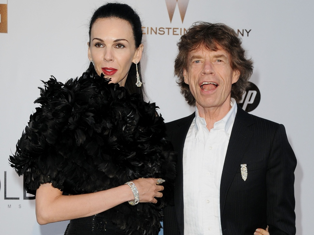 Mick Jagger e a mulher L'Wren Scott participam do baile de gala beneficente 