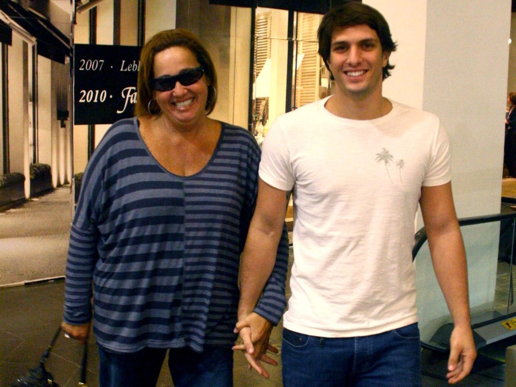 Claudia Jimenez passeia com o namorado Rodrigo Bonadio em shopping do Rio (21/05/2010)