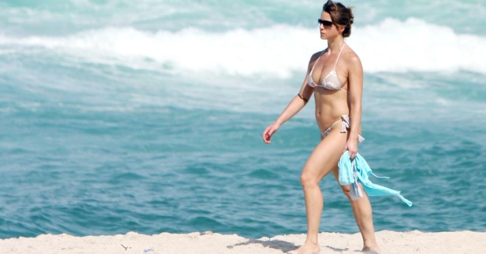 Letícia Spiller vai à praia da Barra da Tijica, Rio de Janeiro (23/05/2010)