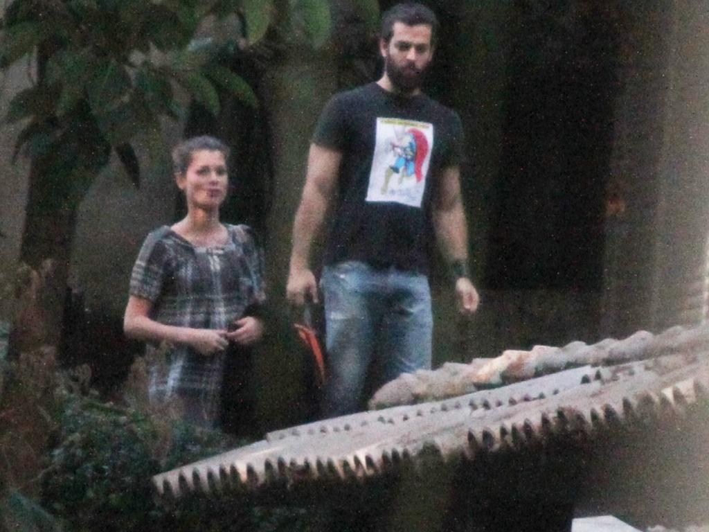 Alinne Moraes e o namorado Rodrigo Mendonça chegam na casa que dividem no Rio (25/5/2010)