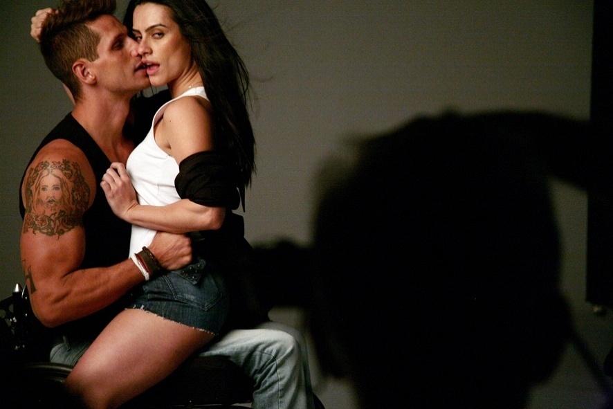 Fernando Fernandes e Cléo Pires durante ensaio para grife de roupas, em São Paulo (21/5/10)