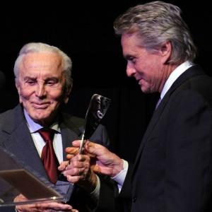 O ator Kirk Douglas ao lado de seu filho Michael