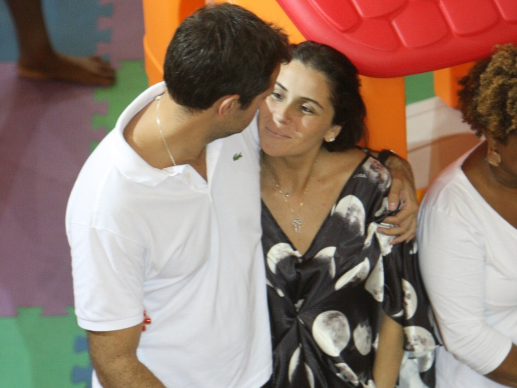 A atriz Giovanna Antonelli e o diretor Leonardo Nogueira na festa de aniversrio do filho dela, Pietro, em shopping do Rio de Janeiro (25/5/2010)