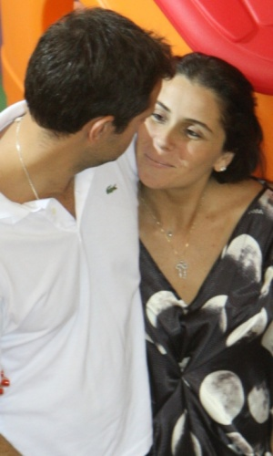 A atriz Giovanna Antonelli e o diretor Leonardo Nogueira na festa de aniversário do filho dela, Pietro, em shopping do Rio de Janeiro (25/5/2010)