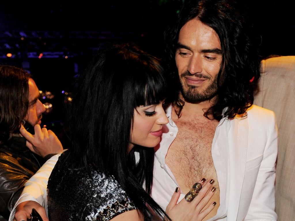 A cantora Katy Perry e o humorista Russell Brand na première de