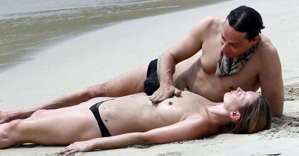 A modelo Kate Moss e o músico Jamie Hince em praia em St.Barths (25/5/2010)