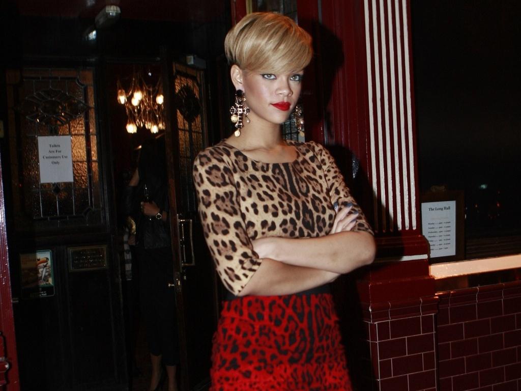 Rihanna aparece com novo cabelo na Irlanda (26/5/2010)