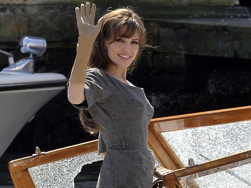 A atriz Angelina Jolie acena durante filmagem de