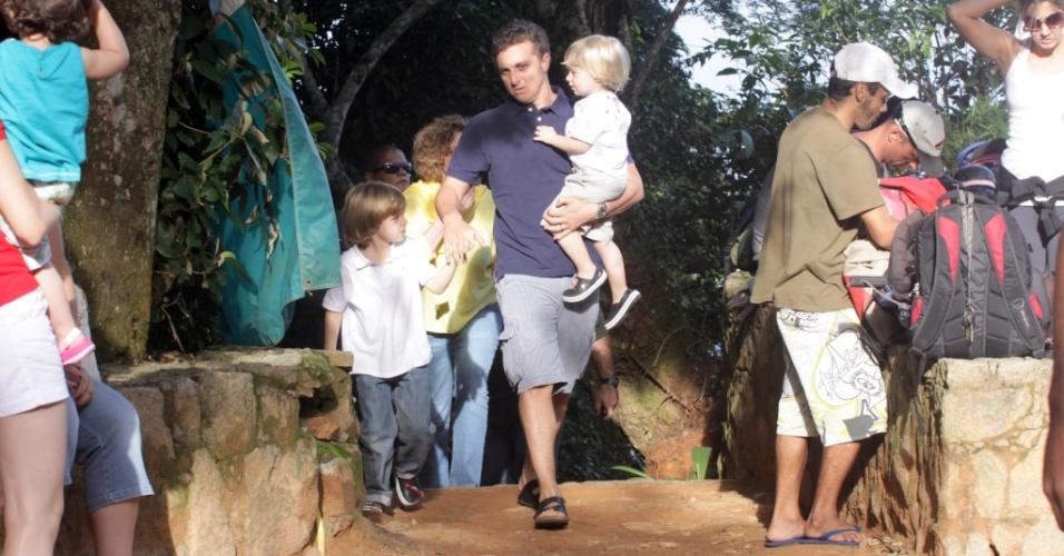 Luciano Huck leva os filhos à Pedra Bonita, no Rio (29/5/2010)