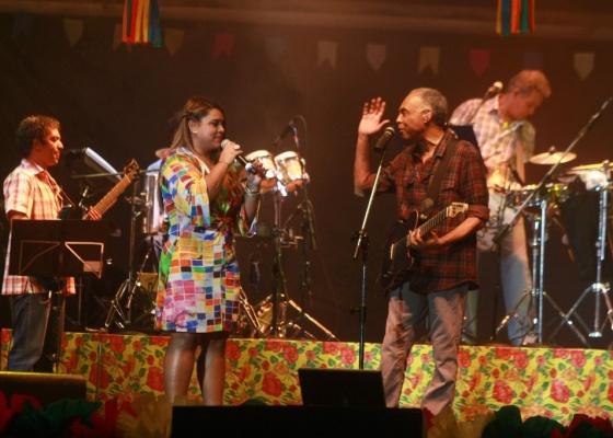 Preta Gil e Gilberto Gil cantam no