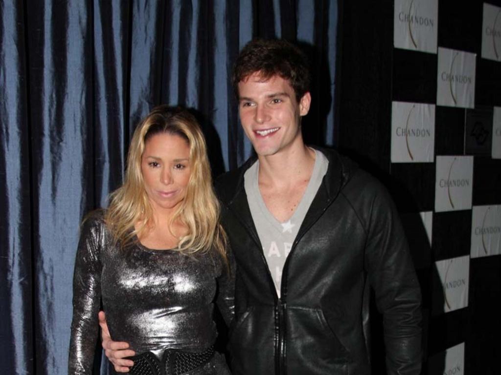 Danielle Winits e Jonatas Faro curtem festa de encerramento da temporada paulistana de Haispray (29/5/2010)