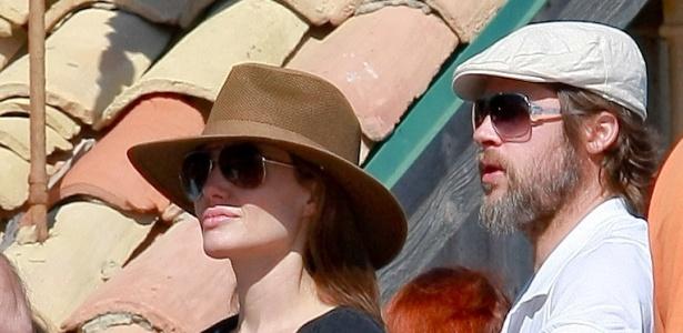 Em uma festa na praia, Angelina Jolie e Brad Pitt observam seus filhos brincando na areia de Malibu (29/5/2010)