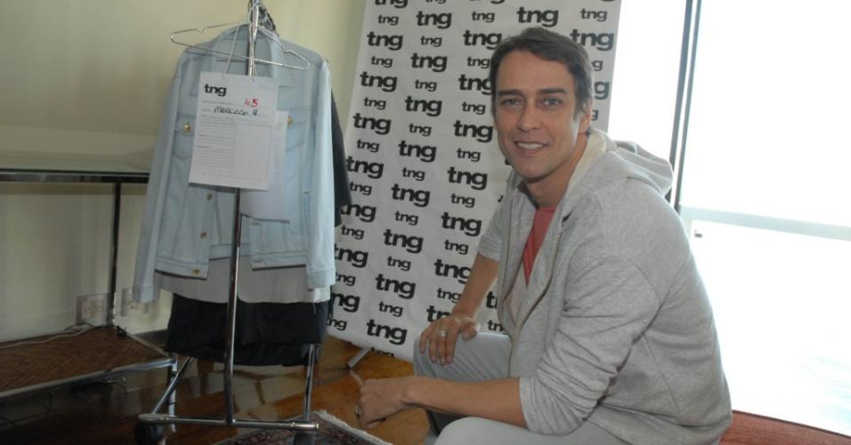 Marcello Antony prova roupas para o desfile da TNG no Fashion Rio (30/5/2010)