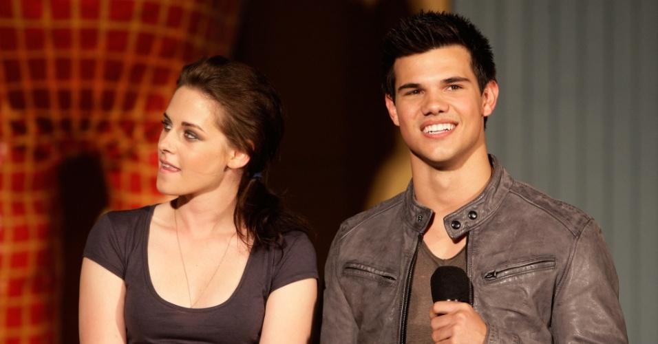 Kristen Stewart e Taylor Lautner participam de première de