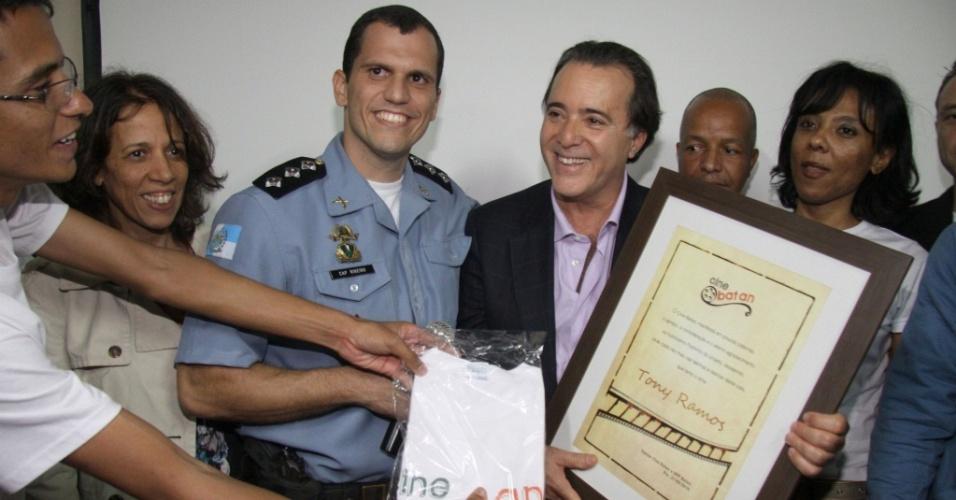O ator Tony Ramos é homenageado na exibição especial do filme