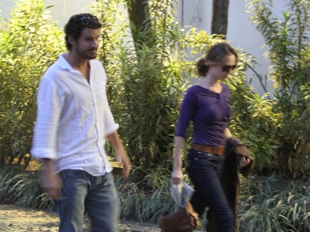A atriz Mariana Ximenez e o namorado Santiago Bebiano são vistos saindo de shopping no Rio de Janeiro (1/6/2010)