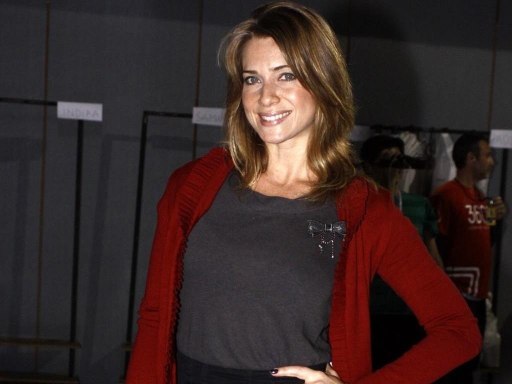 Letícia Spiller foi conferir os desfiles do Fashion Rio (31/5/10)