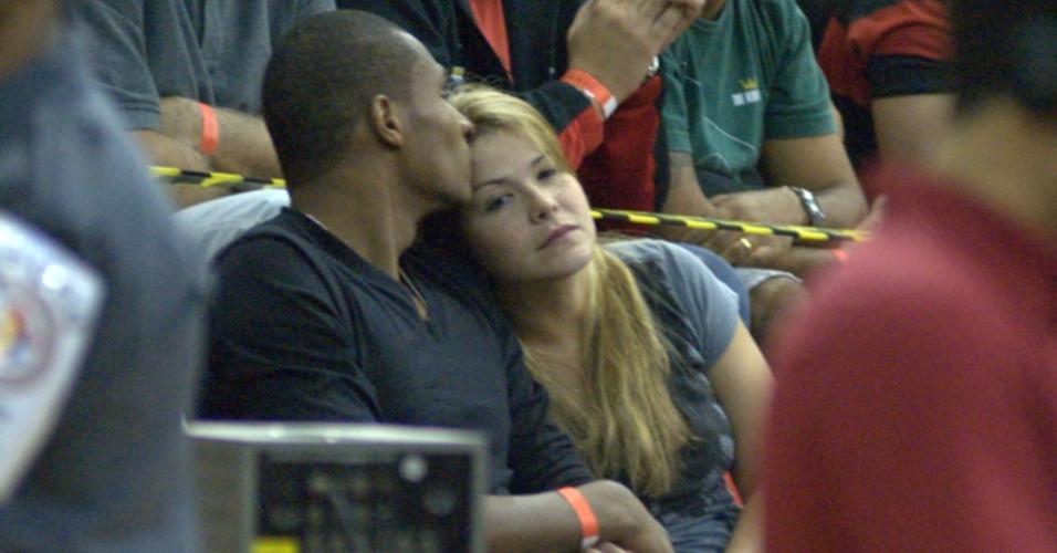 Samara Felippo ganha carinho do namorado em jogo de basquete no Rio de Janeiro (3/6/2010)