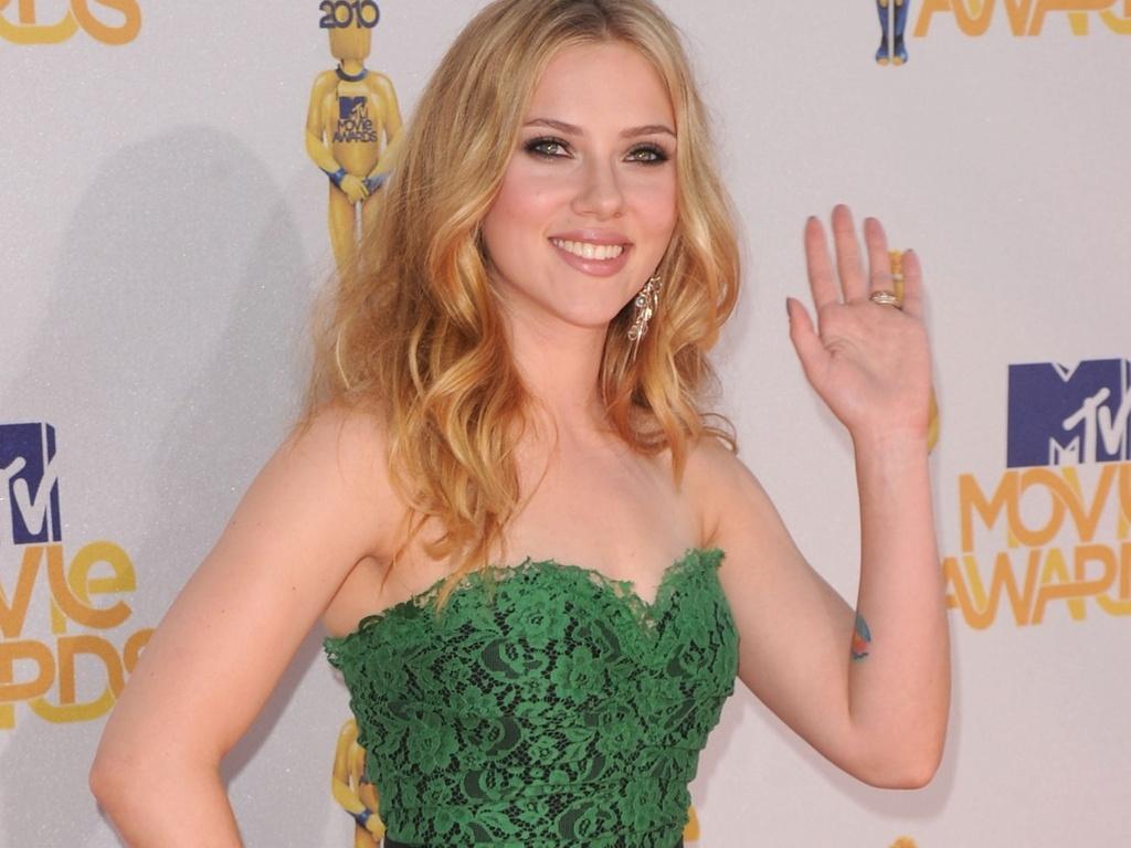Scarlett Johansson acena ap chegar no MTV Movie Awards 2010 (06/06/2010)