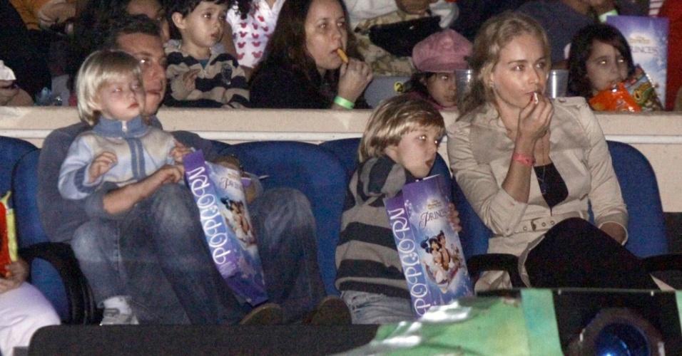 Os apresentadores Luciano Huck e Angélica assistem com os filhos Benício e Joaquim ao espetáculo