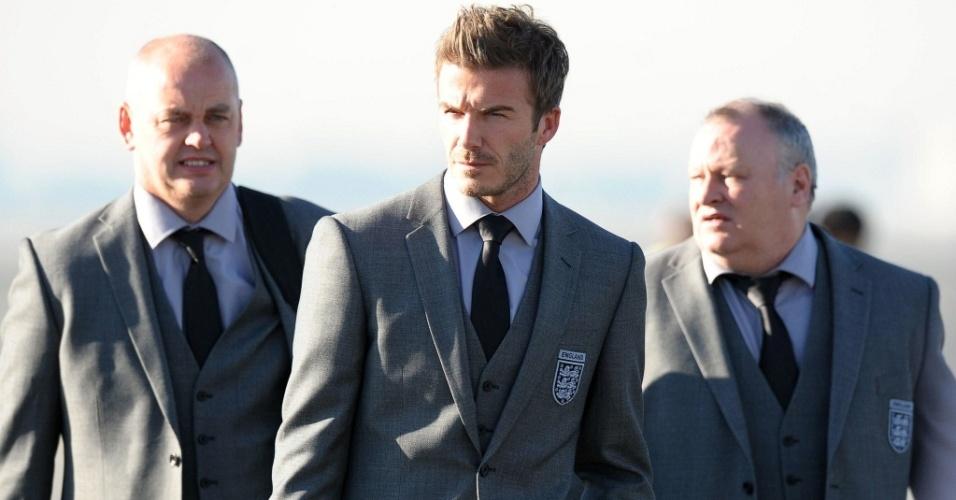 O jogador David Beckham (ao centro) desembarca com membros da delegação da Inglaterra no aeroporto de Johannesburgo na África do Sul (3/6/2010)