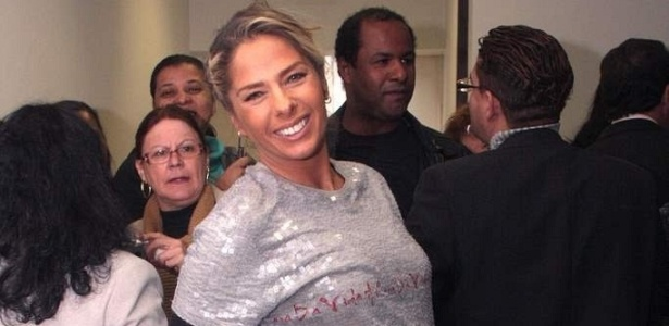 Adriane Galisteu doa cheque para campanha contra a AIDS, em São Paulo (10/6/10)