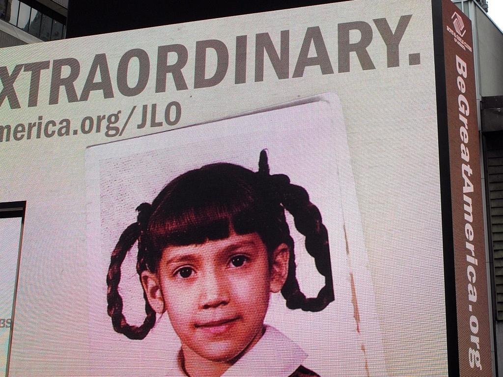 Foto de Jennifer Lopes ainda criança na campanha da organização Boys & Girls Club em outdoor na Times Square, em NY (10/6/2010)
