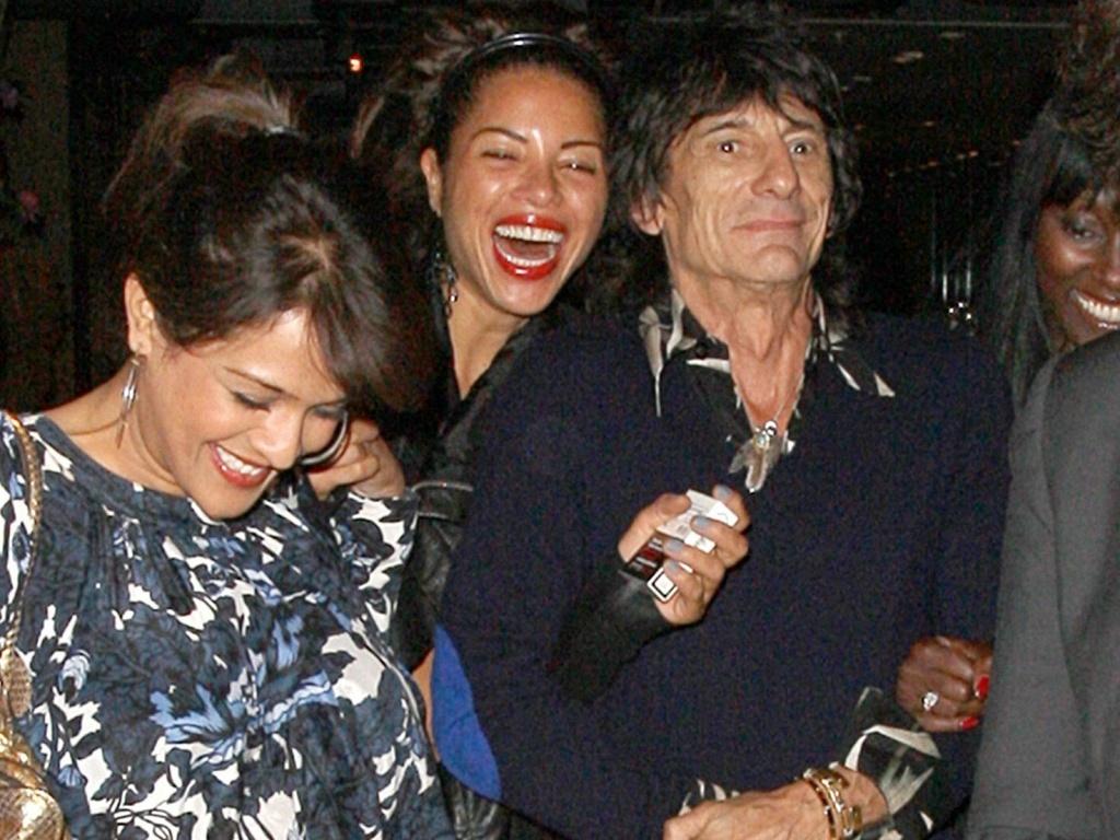 O músico Ron Wood deixa restaurante acompanhado da namorada Ana Araújo e de grupo de mulheres em Londres (8/6/2010)