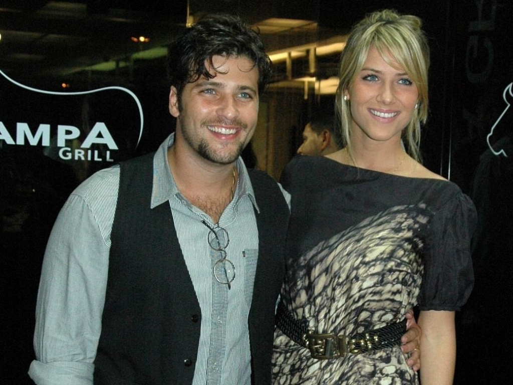 Bruno Gagliasso e Giovanna Ewbank assistem ao primeiro captulo de 