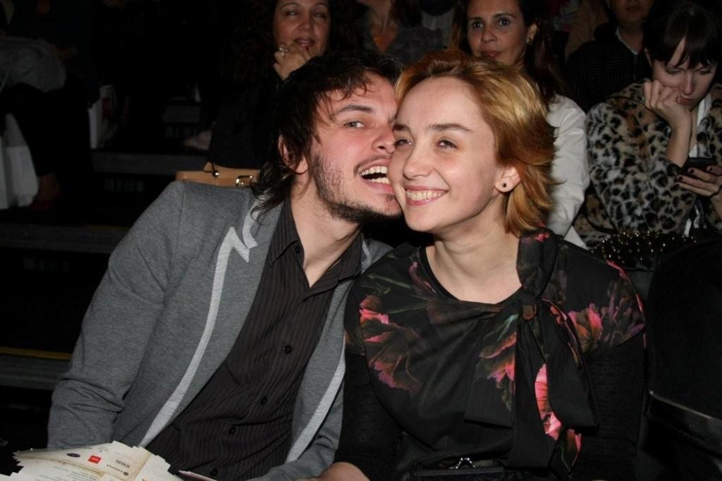 A atriz Simone Spoladore ganha uma mordida na bochecha do namorado Eduardo Strausser no SPFW Verão 2011 (14/6/2010)