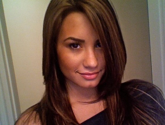 Demi Lovato com os cabelo mais claros, publica foto no Twitter (14/6/2010)