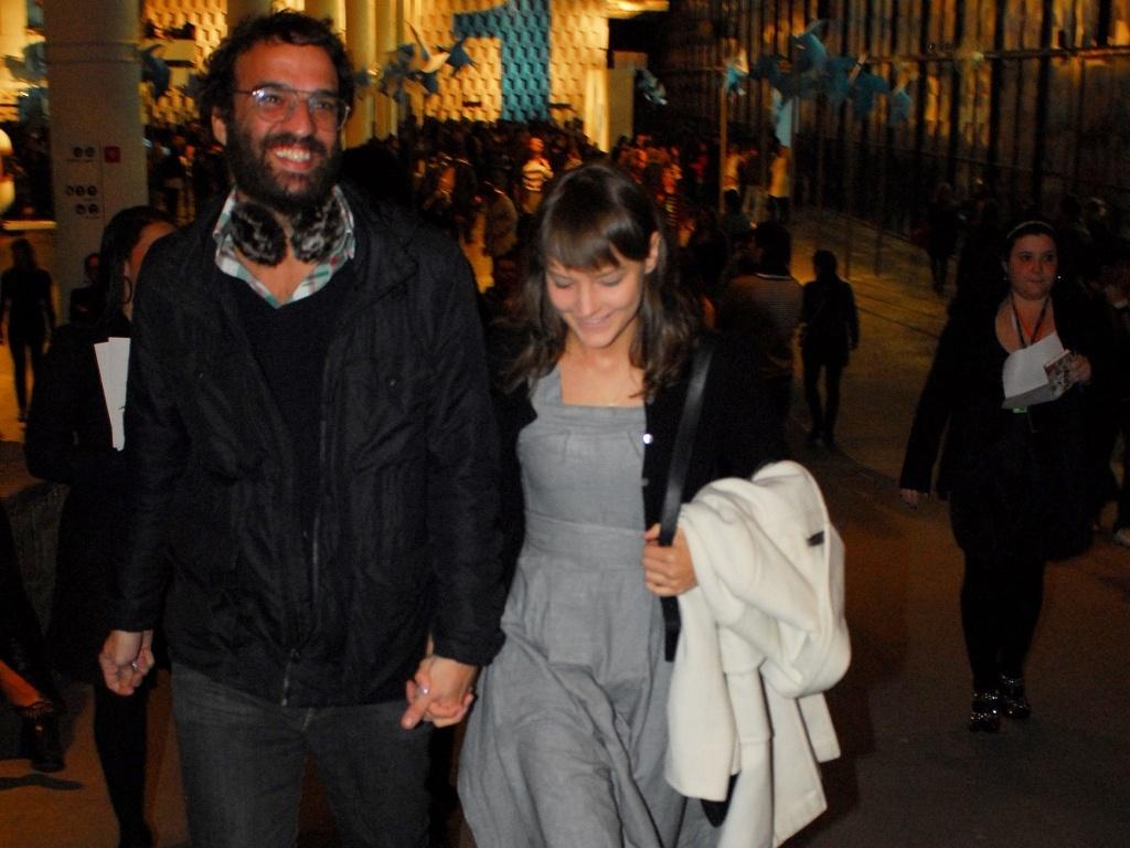 Marcelo Camelo e Mallu Magalhães nos corredores da Bienal no SPFW Verão 2011 (13/6/2010)