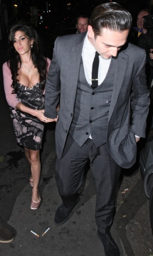 A cantora Amy Winehouse e o namorado Reg Traviss deixam clube de jazz em Londres (16/6/2010)