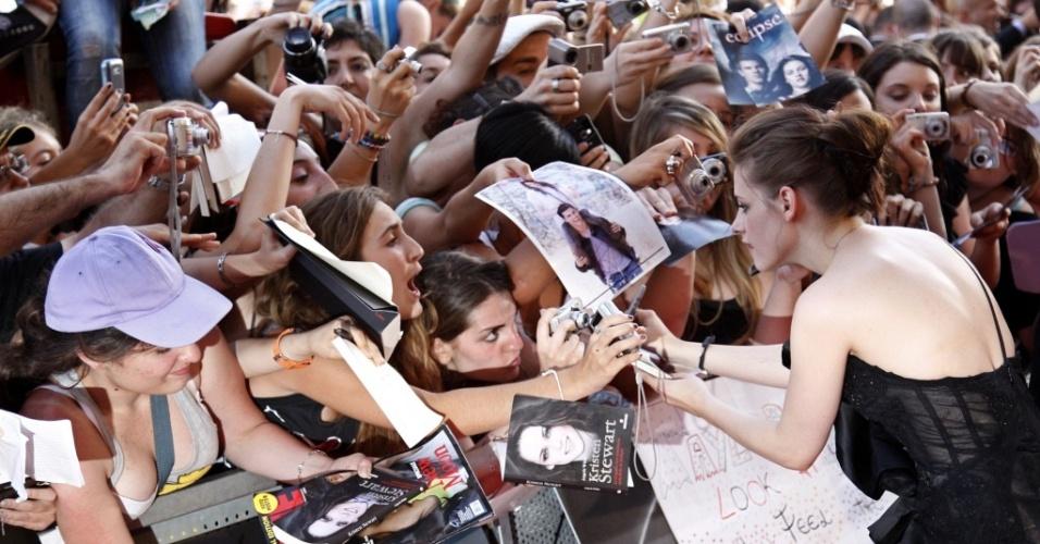 A atriz Kristen Stewart atende aos fãs em Roma, na Itália (17/6/2010)