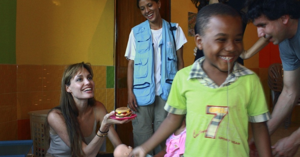 Angelina Jolie visita uma creche comandada pela Federação das Mulheres da província de Sucumbios, no Equador (17/6/2010)