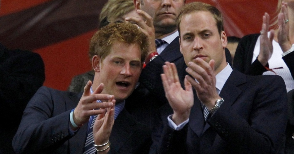 Os príncipes Harry (esq.) e William (dir.) no jogo Inglaterra x Argélia no estádio Green Point, na Cidade do Cabo, na África do Sul (18/6/2010)