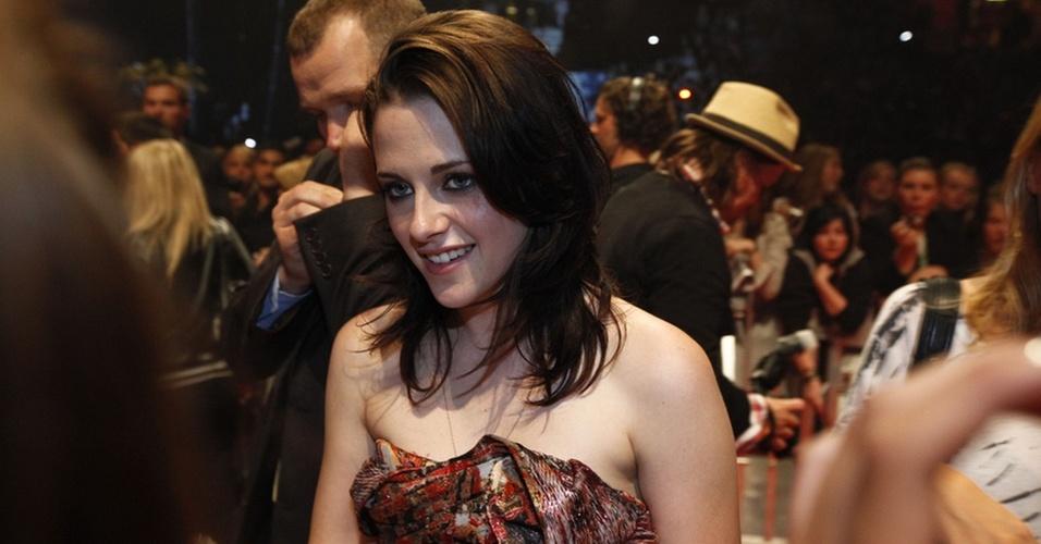 Kristen Stewart atende fãs em um evento de divulgação do filme